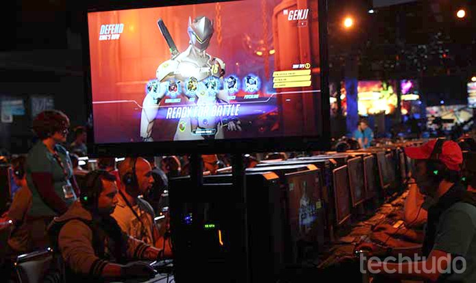 Público testa Overwatch na BlizzCon 2015 (Foto: Felipe Vinha/TechTudo)