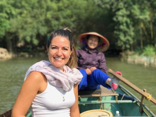Sabrina em passeio de barco no Vietnã (Foto: Acervo pessoal )