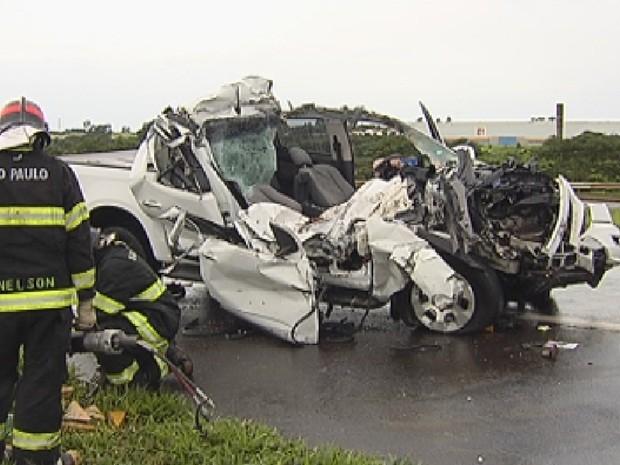 Caminhonete ficou completamente destruída no acidente (Foto: Reprodução/TV TEM)