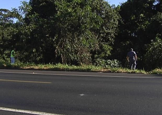 Policiais durante buscas ao possível acidente informado (Foto: Reprodução / TV Tem)