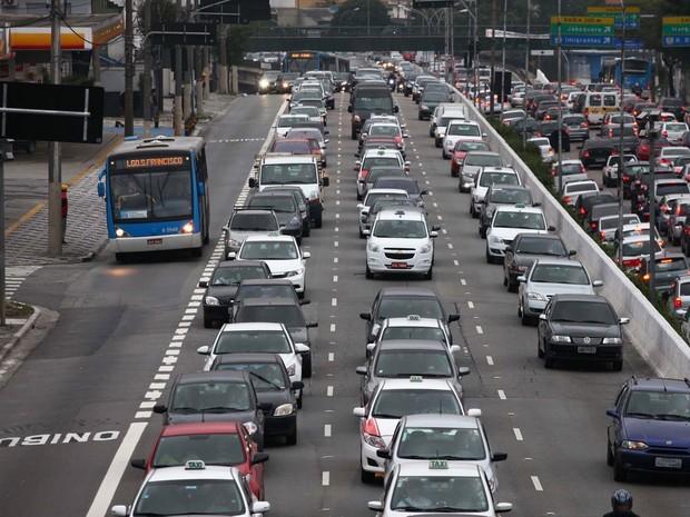 Medidas como a faixa de ônibus têm tornado o transporte algo mais agradável (Foto: Reprodução)