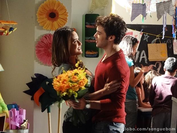 Maurício dá flores para Malu (Foto: Sangue Bom/TV Globo)