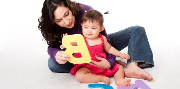 Criança brincando com a babá (Foto: Shutterstock)