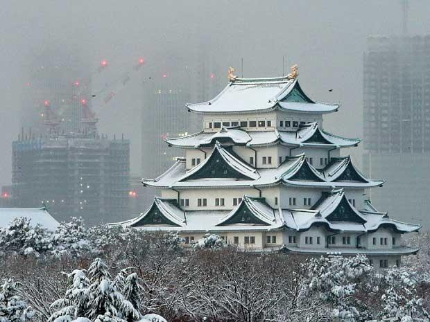 Neve cobriu telhados de um castelo em Nagoya. (Foto: Jiji Press / AFP Photo)