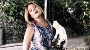 Adriane Esteves faz participação no clipe Pole Dance de Ana Carolina (Foto: Reprodução / Youtube)