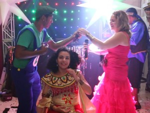 Cabelos da adolescente foram cortados durante a festa de 15 anos dela (Foto: Marcos Matos/Divulgação)