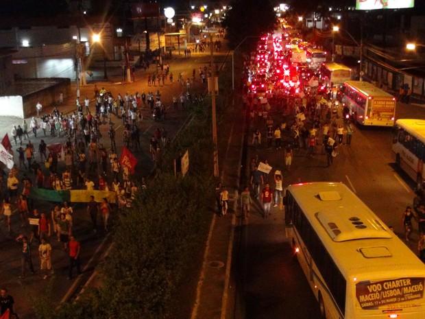 Estudantes fecharam os dois sentidos da principal avenida de Maceió (Foto: Waldson Costa/G1)