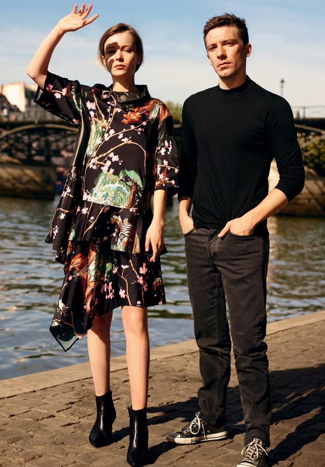 Julien Dossena posa com a atriz francesa Diane Rouxel, que veste top (€ 720) e saia (€ 490) do inverno 2016/17 da Paco Rabanne (Foto: Karim Sadli, Lozovsky/BFA/Shutterstock, Keystone-France/Gettyimages e Divulgação)