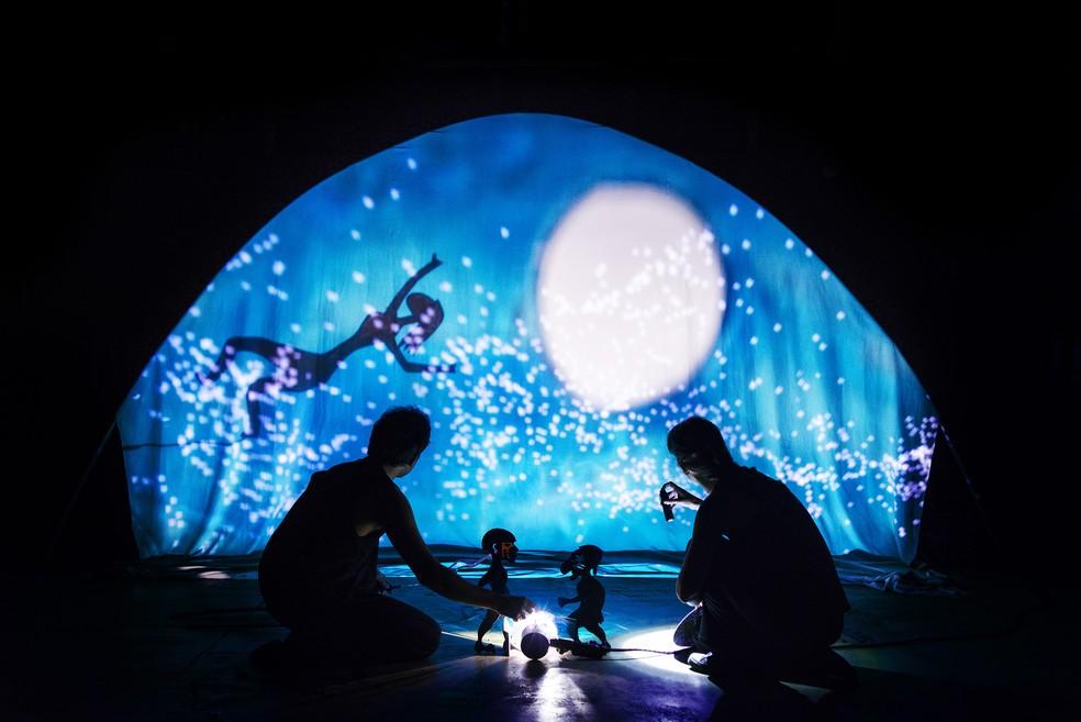 No espetáculo, luzes e as sombras são projetadas atrás e à frente da tela, revelando silhuetas de corpos e figuras (Foto: Diego Bresani/Divulgação)