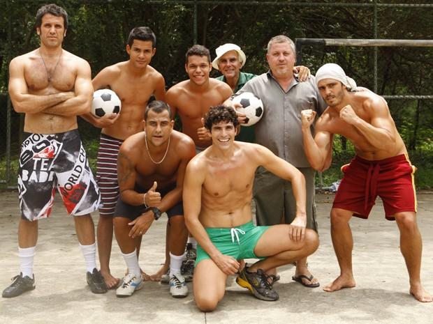 Time completo! Atores, equipe e figuração posam para a foto (Foto: Guerra dos Sexos / TV Globo)
