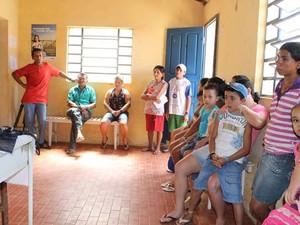 Populares esperam por atendimento na comunidade de Santo Hilário, em Cocal (Foto: Gilcilene Araújo/G1)
