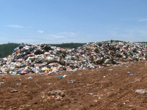 Aterro sanitário tem acumulo equivalente a 100 toneladas de lixo (Foto: Eder Ribeiro/EPTV)