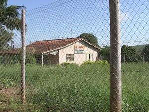 Primeiro dia de aula foi marcado por mato alto na escola (Foto: Reprodução/ TV TEM)