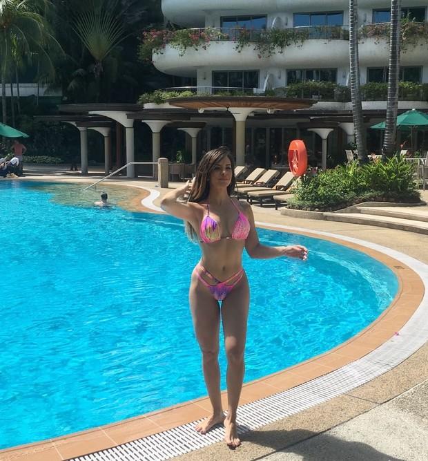 Denise Dias exibe curvas em hotel em Cingapura (Foto: Divulgação / R2assessoria)