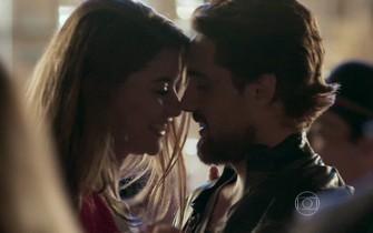 Lívia dança com Felipe