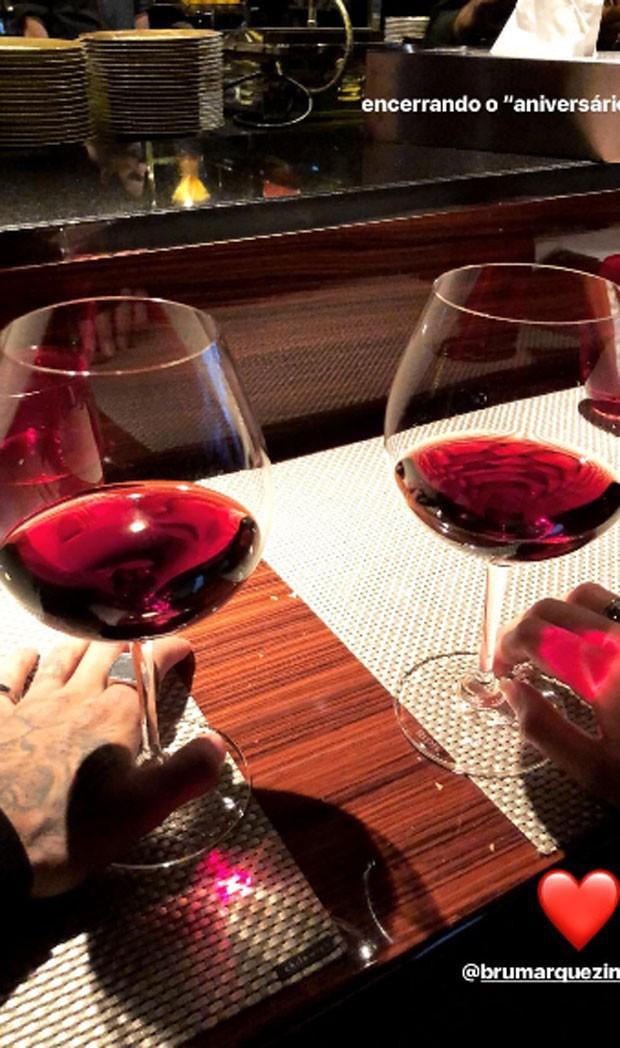 Bruna e Neymar tomam vinho  (Foto: Reprodução)