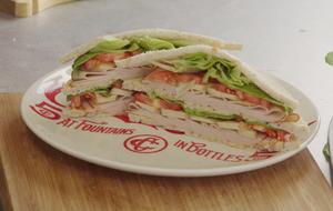 Club sandwich: receita de lanche com peito de peru e tofu defumado