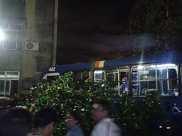 Ônibus acerta muro de condomínio, na Zona Norte do Recife (Foto: Rodolfo Nícolas / Acervo pessoal)