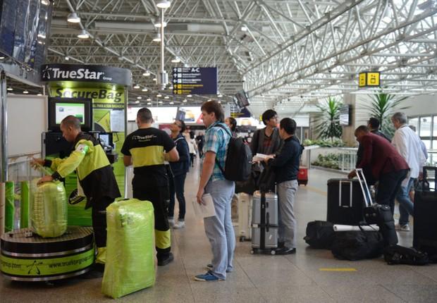 Passageiros carregam malas no aeroporto internacional Tom Jobim, mais conhecido como RioGaleão (Foto: Tânia Rego/Agência Brasil)