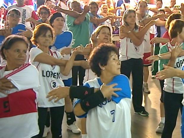 Idosos participam de atividade do programa Escola da Família em São José dos Campos (Foto: Reprodução/TV Vanguarda)