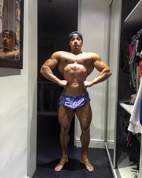 Felipe Franco impressiona com músculos saltados e cintura fina