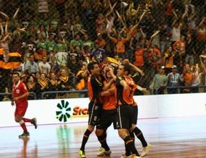 Jogadores do Carlos Barbosa comemoram gol Copa Intercontinental de futsal  (Foto: Renato Zaro/ACBF)