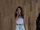 Uau! Izabel Goulart aparece com pernas torneadas em jeans rasgado