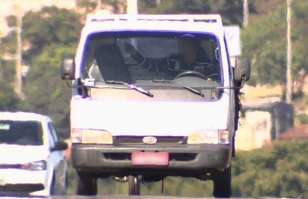 Goiás lidera ranking de multas por uso de celular em rodovias, diz PRF  (Foto: Reprodução/TV Anhanguera)