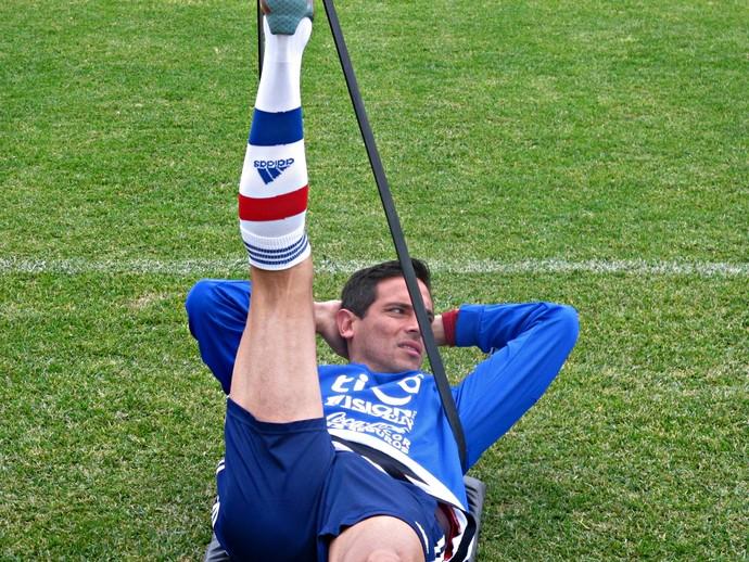 Roque Santa Cruz faz alongamento no treinamento do Paraguai  (Foto: Marcelo Hazan)