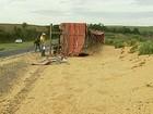 Caminhão paraguaio tomba e fecha parte de rodovia no oeste do PR