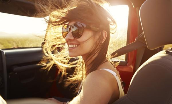 Em viagens de carro, a dermatologista indica utilizar produtos antioxidantes, com ativos que agem profundamente na pele por conta do ressecamento do ar condicionado (Foto: Thinkstock)