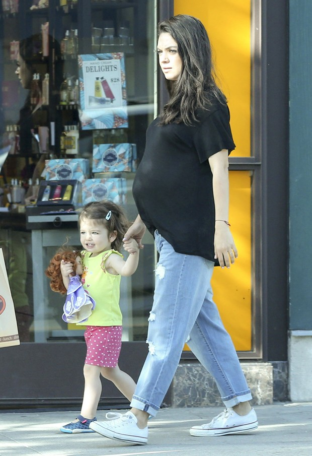 Mila Kunis e a filha, Wyatt (Foto: Grosby Group)