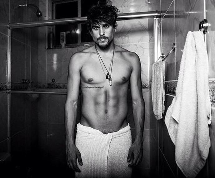 Felipe Roque posa só de toalha em projeto chamado I Hate Towels (Foto: Gui Scarpari/ agentejunto)