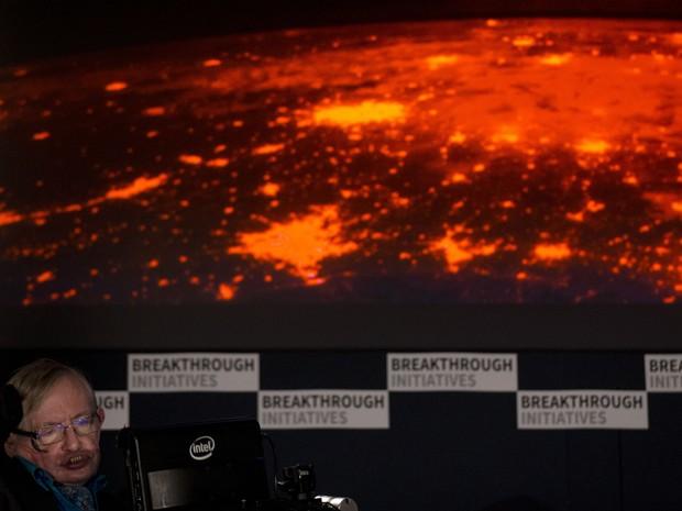 O cientista britânico Stephen Hawking durante a apresentação do projeto que vai buscar vida alienígena (Foto: Matt Dunham/AP)