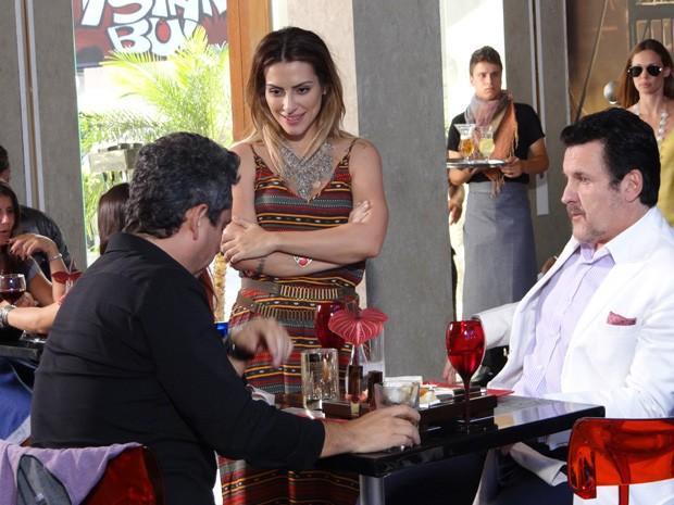 Bianca tenta conversar com Stênio (Foto: Salve Jorge/TV Globo)