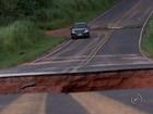 Três homens morrem após carro cair em cratera formada pela chuva