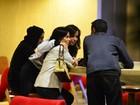 Anitta vai ao cinema com a mãe e amigos