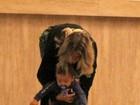 Fofo! Juliana Silveira ajuda o filho a dar os primeiros passos