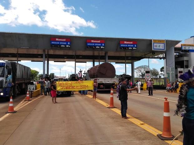 Um grupo de índios também ocupou e liberou as cancelas da praça de pedágio da BR-369 em Jataizinho, no norte do Paraná (Foto: PRF/ Divulgação)