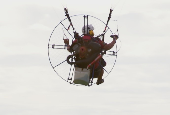 O paramotor oferece um passeio radical com um visual de tirar o fôlego (Foto: De Ponta a Ponta / TV TEM)