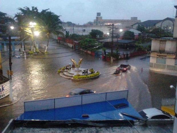 Nas proximidades da Praia e da Praia do Morro, em Guarapari, ruas ficaram alagadas (Foto: Jamille Scopel / VC NO ESTV)