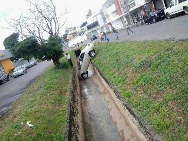 carro na vala freio de mão divinópolis (Foto: Glayber Alves)
