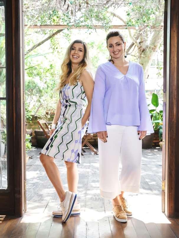 A dupla trabalha duro de dia, de noite e nos fins de semana! Ju usa vestido Sissa e sapatos Arezzo. Carol veste top Missinclof, calça Mixed e sapatos Renner (Foto: Victor Affaro)