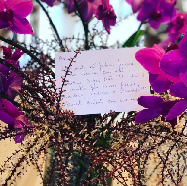 As orquídeas e o cartão (Foto: Reprodução Instagram)