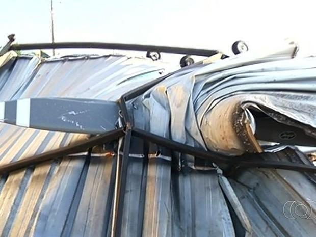 Portão de estrutura metálica parou na hélice de uma aeronave em Jataí, na região sudoeste de Goiás (Foto: Reprodução/ TV Anhanguera)