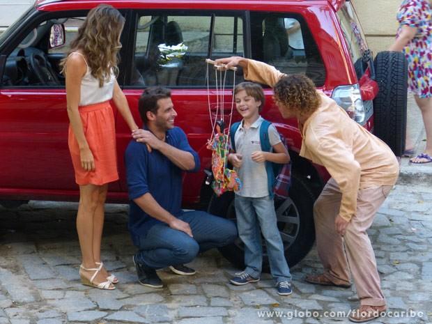 Candinho convence Samuca que ter dois pais é muito legal (Foto: Flor do Caribe/ TV Globo)