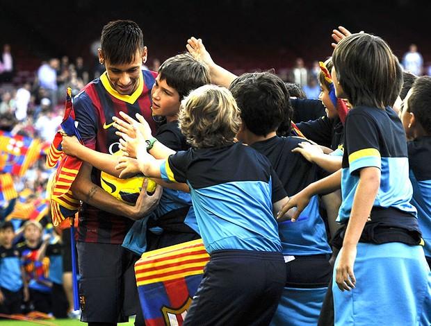 Neymar apresentação Barcelona crianças (Foto: Getty Images)