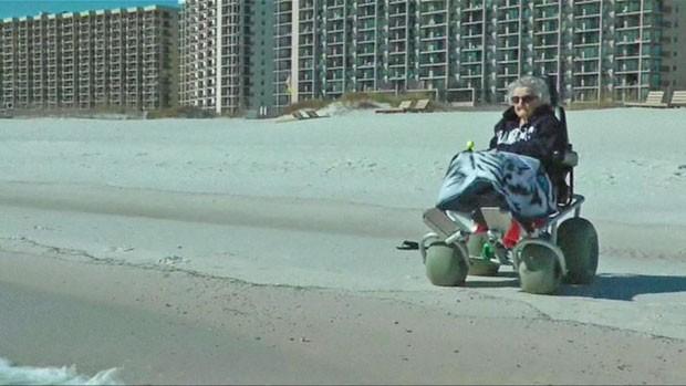 A americana Ruby Holt viu o mar pela primeira vez na vida pouco antes de completar 101 anos (Foto: BBC)