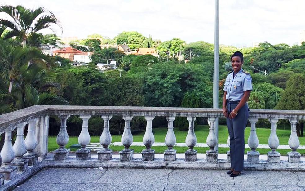 Helena Reis posa em uma das sacadas do Palácio dos Bandeirantes, na Zona Sul de São Paulo (Foto: Livia Machado/G1)