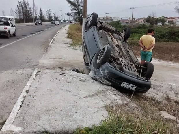 Carro capotou durante acidente em Arraial do Cabo (Foto: Blog Repórter Eduander Silva)